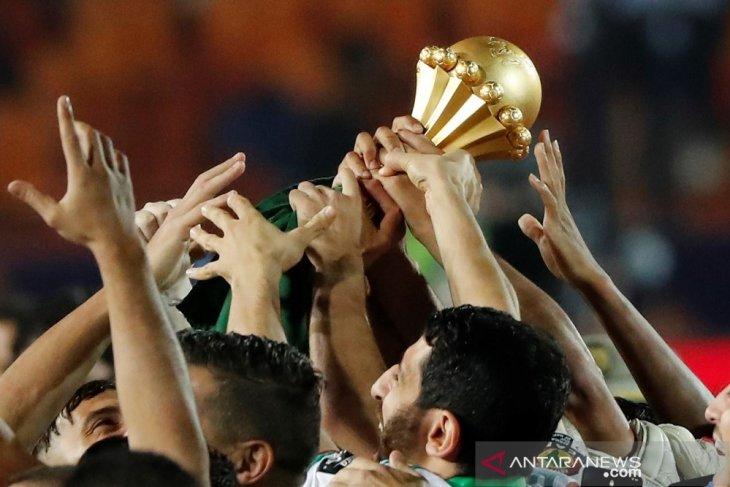 Djamel Belmadi bersuka cita bersama trofi Piala Afrika kedua Aljazair