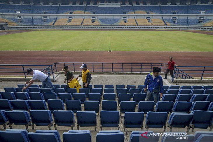 Aksi bersih-bersih stadion GBLA