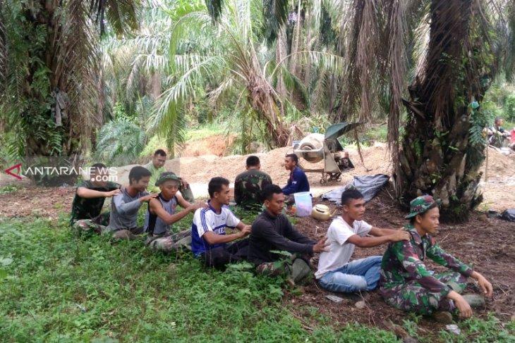 TNI manfaatkan istirahat bersama masyarakat Desa Hutaraja Lamo