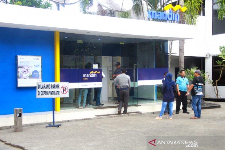 Nasabah Antre Di ATM Bank Mandiri