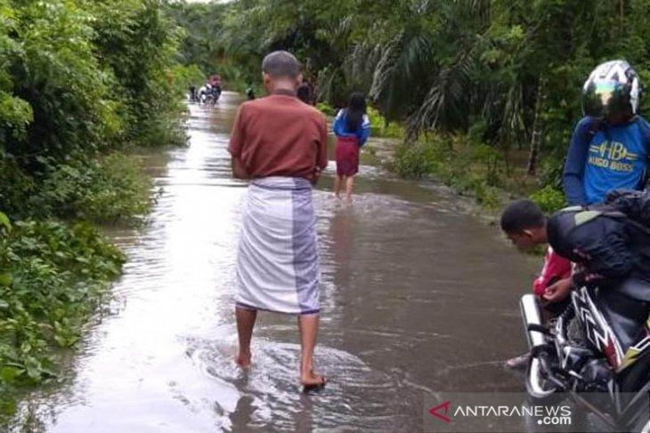 Lima kecamatan di Aceh Jaya mulai dikepung banjir, tiga desa terisolir