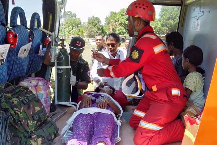 Satgas evakuasi pengungsi  patah tulang di Halsel