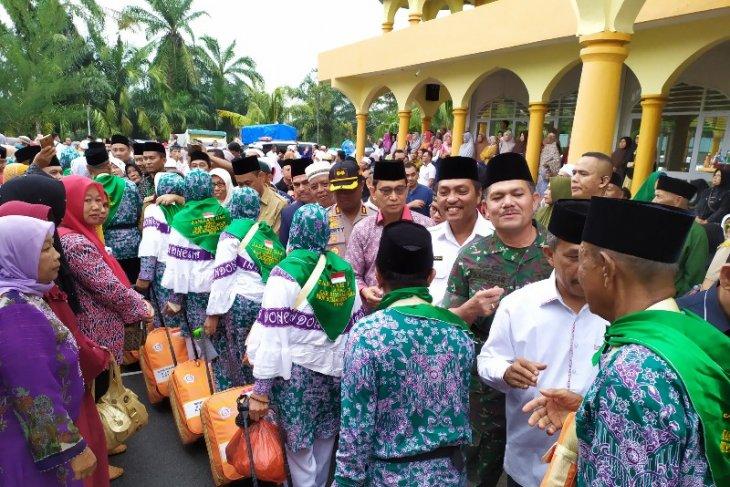 Calon haji asal Simalungun berangkat ke Asrama Haji Medan