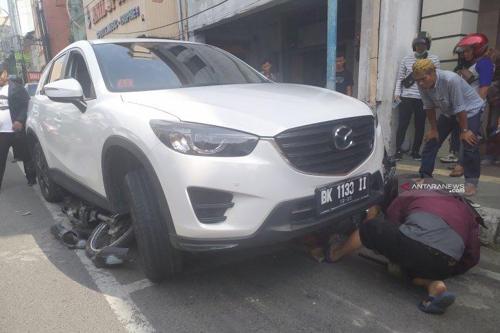 Dua pengendara sepeda motor terlindas mobil, satu orang patah kaki