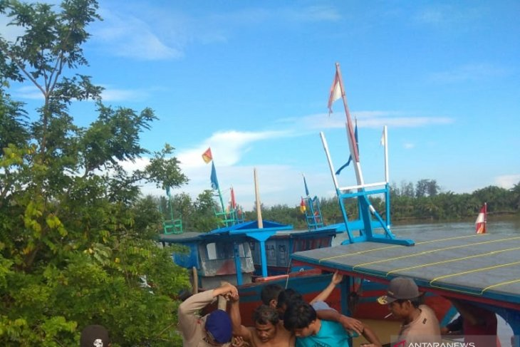 Diterjang ombak, satu kapal nelayan karam