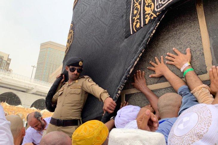 Pada batas kebanggaan  mencium Hajar Aswad