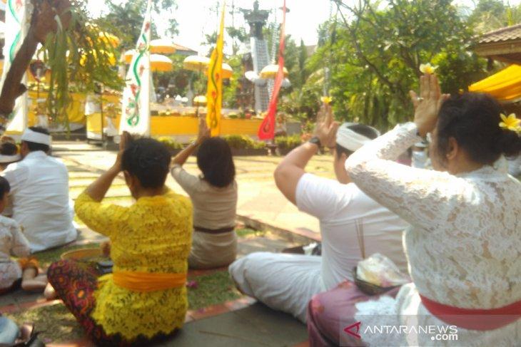 Ratusan umat Hindu Jakarta rayakan Galungan di Pura Aditya Jaya