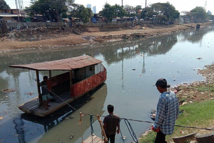 Warga mengeluhkan dampak kekeringan di Sungai Ciliwung