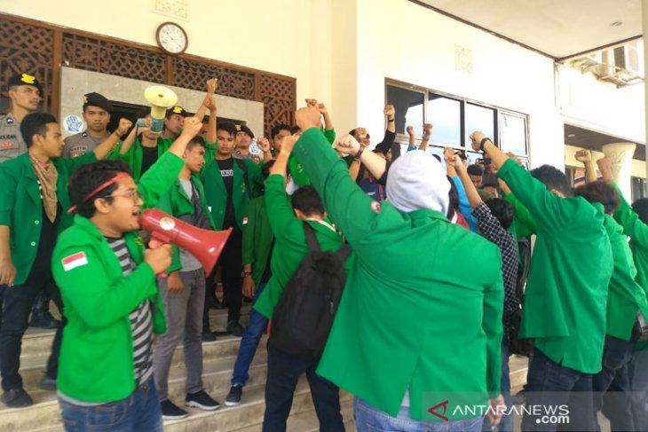 Terkait kasus Munirwan, puluhan mahasiswa terobos kantor Bupati Aceh Utara