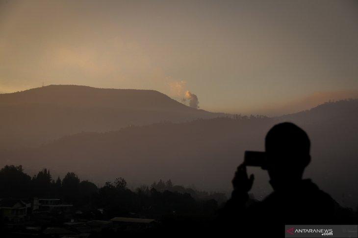 Tagana bantu evakuasi pengunjung erupsi Tangkuban Perahu