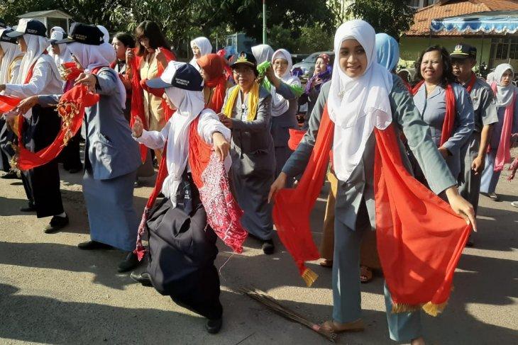 Siswa dan guru SMPN 28 Surahaya menari remo massal