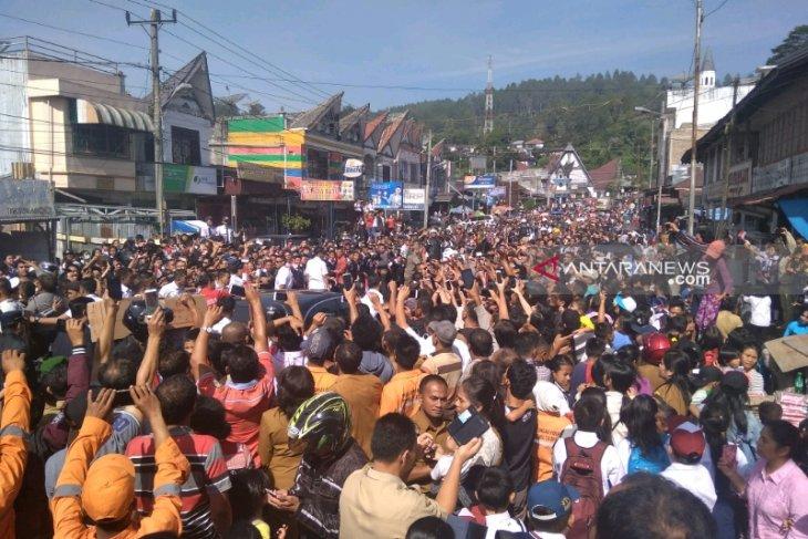 Tinggalkan Salib Kasih menuju Siborongborong, Jokowi dihadang puluhan ribu warga