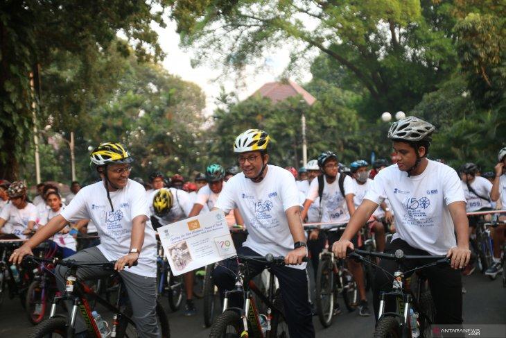 Dozens cycle in Jakarta to commemorate Gandhi's birth anniversary