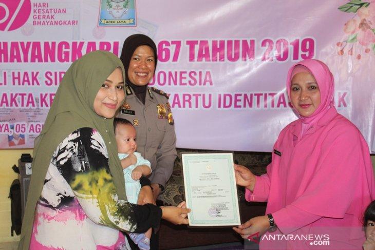 Bhayangkari Aceh Jaya bagi akte kelahiran gratis