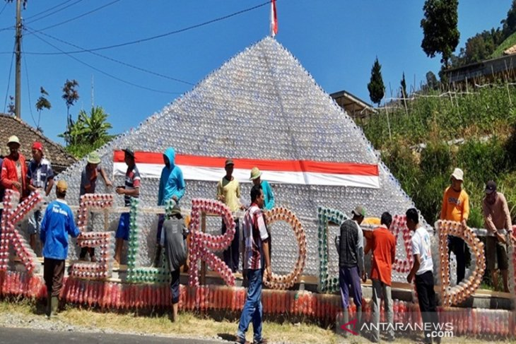 Piramida limbah plastik didirikan warga Merbabu untuk HUT Kemerdekaan RI