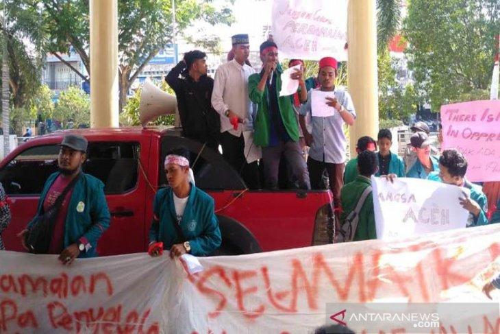 Aliansi mahasiswa dan pemuda Pasee berdemo di kantor DPRK Lhokseumawe