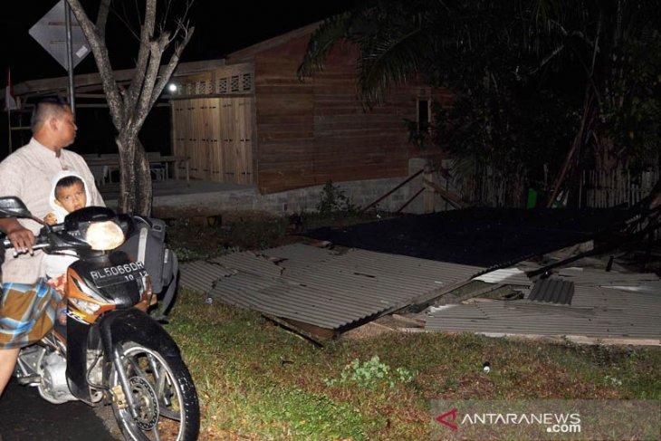 Sejumlah rumah rusak dihantam angin puting beliung