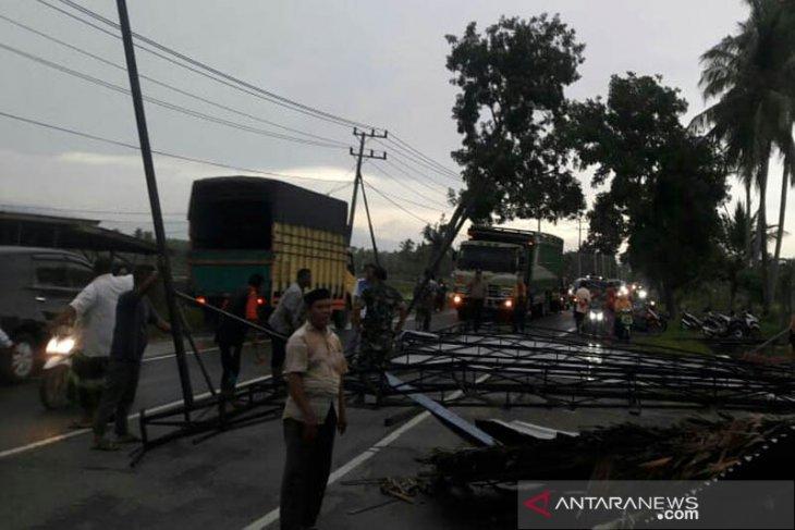 Angin kencang porak-poranda sejumlah bangunan di Aceh Utara