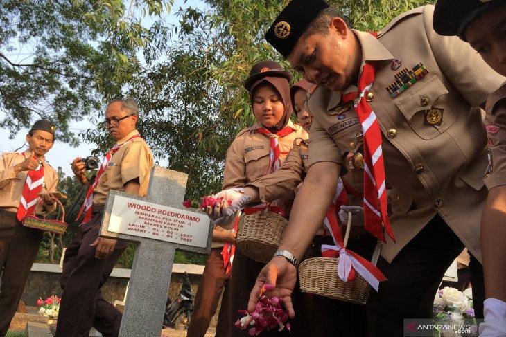 Kwarnas  Gerakan Pramuka tabur bunga di TMP Kalibata
