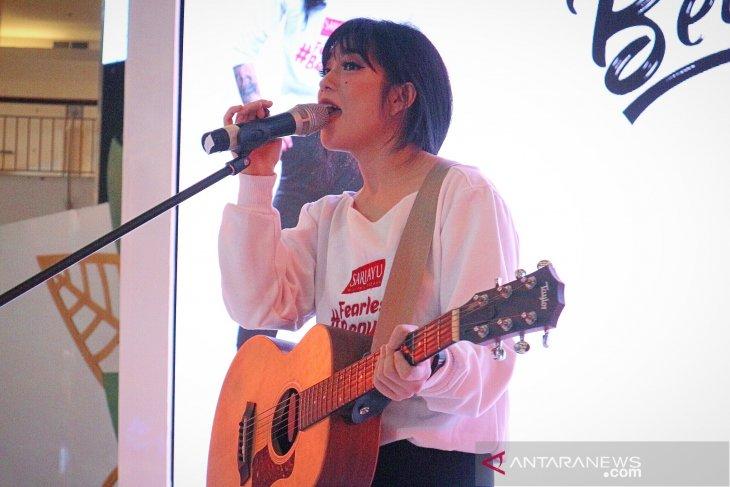 Berat badan naik, Prisa Rianzi rekan duet J-Rocks bersembunyi