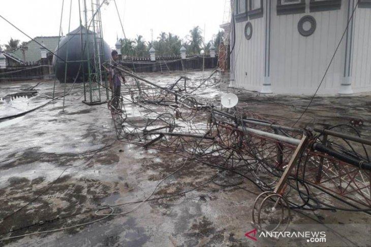 Kubah masjid dan tower radio dakwah di Aceh Utara juga rusak diterjang angin kencang