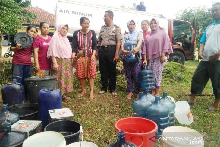 Polres Bogor kerahkan dua truk air bantu atasi kekeringan