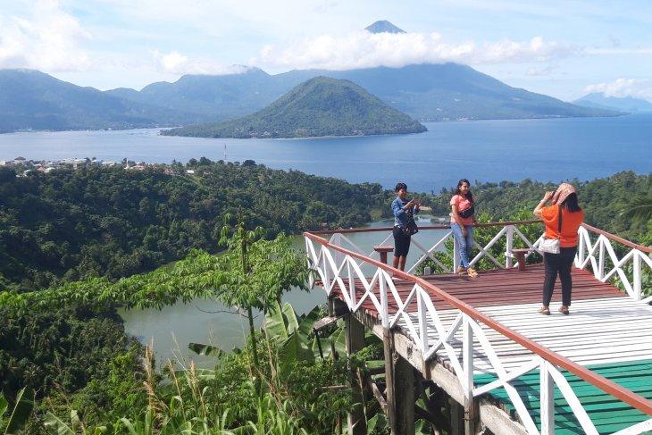 Pengunjung nikmati pemandangan objek wisata danau Laguna di Ternate