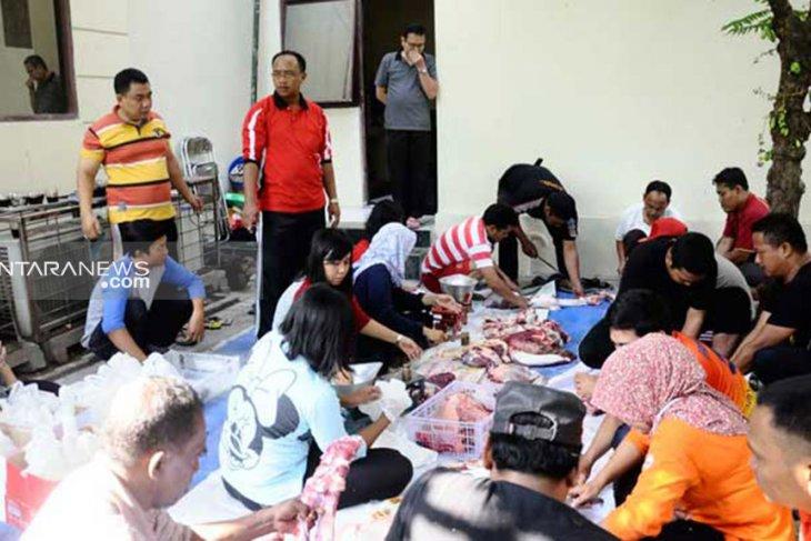 DPRD Surabaya potong hewan kurban dua ekor sapi