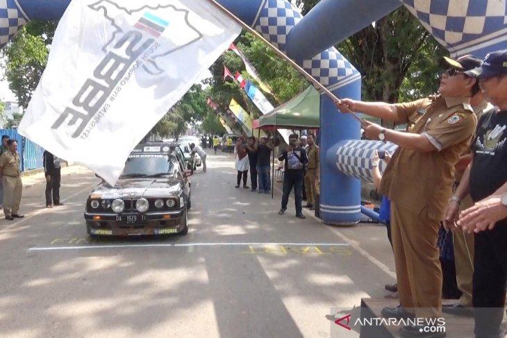 12 mobil era 80-an Touring Kemerdekaan 2019 ketiga negara
