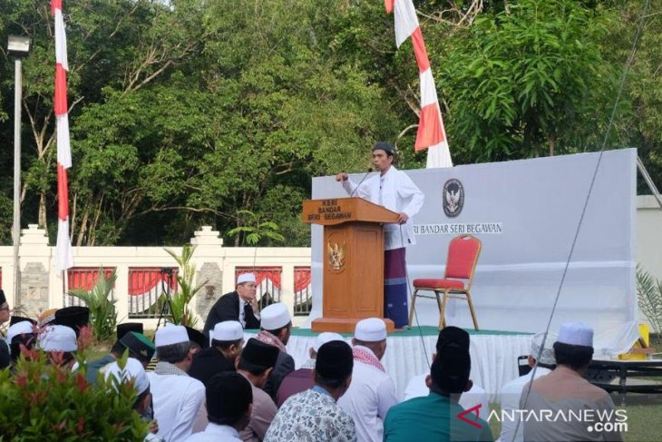 Indonesians perform Eid Al-Adha prayer with Abdul Somad in Brunei