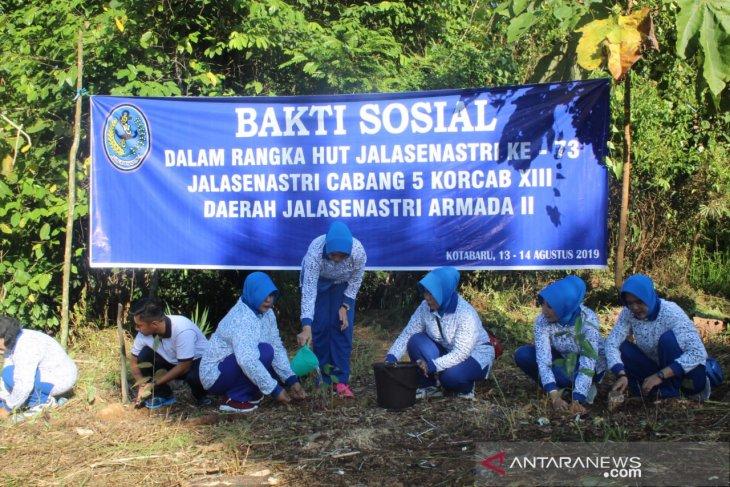 Jalasenastri Lanal Kotabaru tanam pohon di hutan meranti