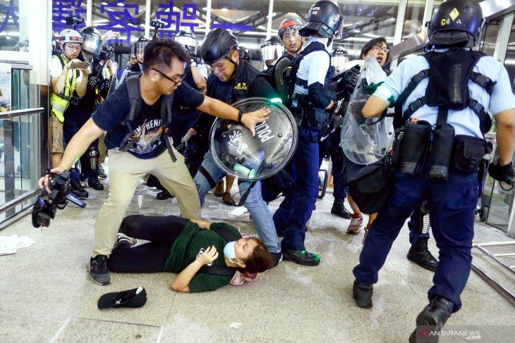 Bandara Hong Kong hentikan layanan 'check-in' buntut demo anti pemerintah
