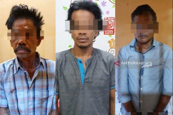 Tiga warga HST tertangkap main judi di belakang sekolah