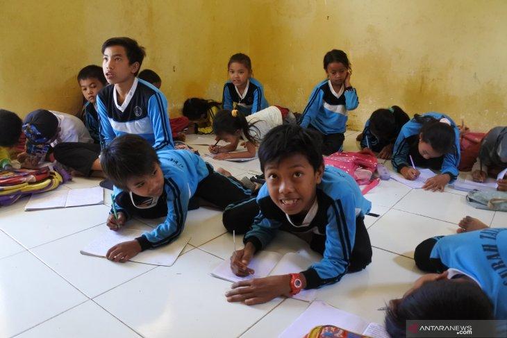 Siswa belajar di lantai