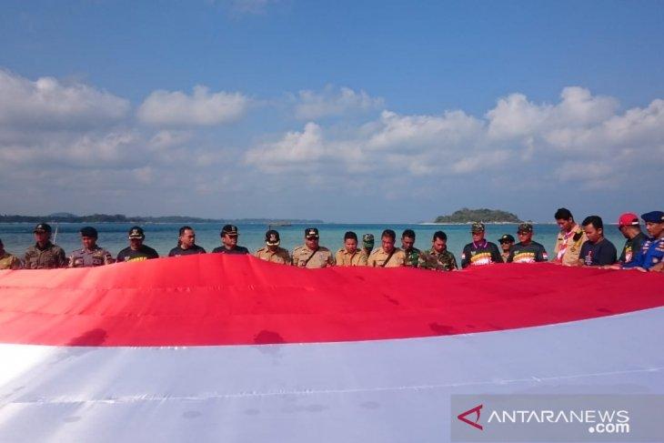 Sambut Hari Kemerdekaan RI, Forkopimda Belitung bentangkan Bendera Merah Putih di Pulau Pasir