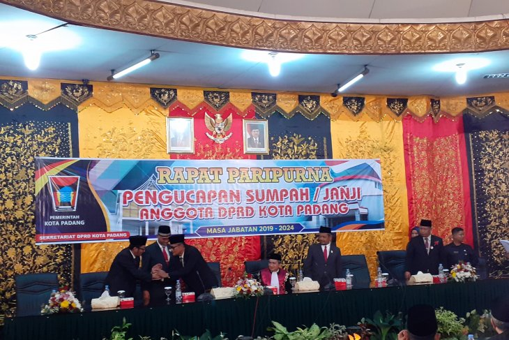 45 anggota DPRD Kota Padang dilantik, setelah sempat terjadi kekosongan