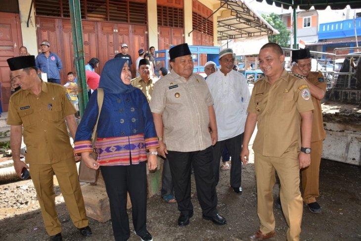 Wali Kota dan Ketua TP PKK Sibolga bersama DPP HIKKBAR berkurban