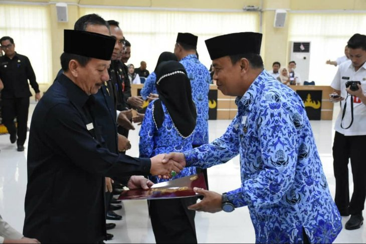 Wali Kota Bandarlampung menyerahkan piagam penghargaan kepada 335 PNS