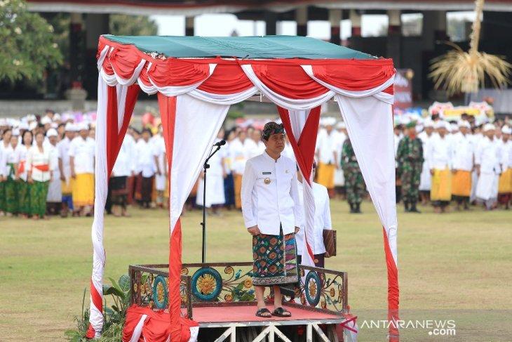 Berbusana adat, Bupati Klungkung pimpin upacara Hari Jadi ke-61 Provinsi Bali