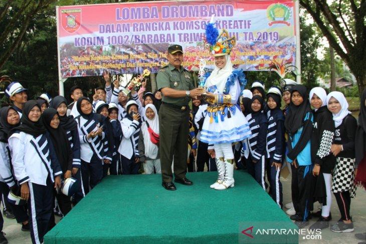 SMAN 2 Barabai juara satu lomba drum band