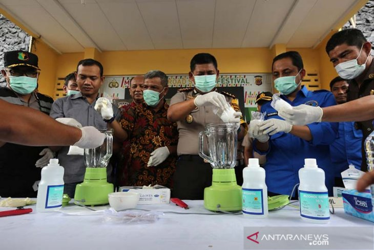 Kapolresta Banda Aceh Kombes. Pol Trisno Riyanto (tiga kanan) bersama Ketua BNN Kota Banda Aceh Hasnanda Putra (dua kanan) memusnahkan barang bukti narkotika jenis shabu-shabu hasil tangkapan Sat Resnarkoba Polresta Banda Aceh di Banda Aceh, Aceh, Kamis (15/8/2019). Sat Resnarkoba Polresta Banda Aceh memusnahkan 500 gram shabu-shabu dan 1,1 ton ganja untuk dikirim ke Jakarta yang merupakan hasil tangkapan selama tiga bulan terakhir. (Antara Aceh / Irwansyah Putra)