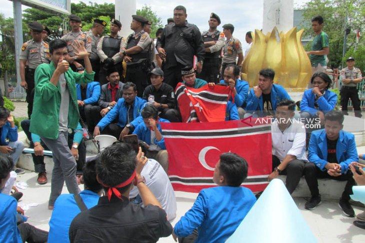 Massa mahasiswa paksa kibarkan bendera bulan di DPR Aceh