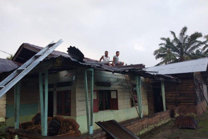 BPBD Langkat turunkan tim untuk pembersihan rumah diterpa angin puting beliung