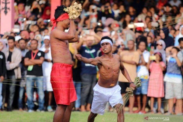 Tradisi Pukul Sapu negeri Mamala Foto Page 1