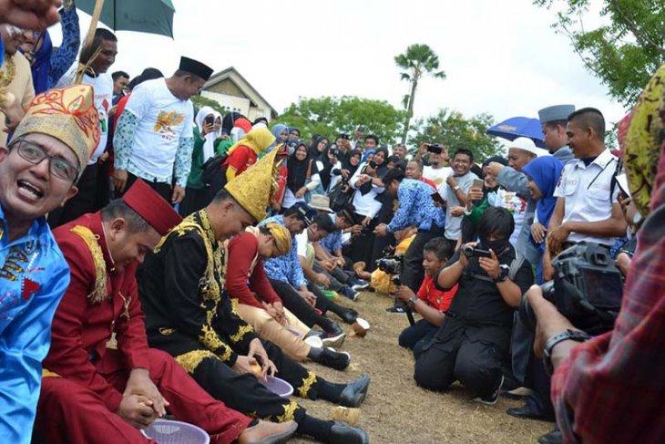 Lomba belah pinang dan kukur kelapa warnai HUT Kemerdekaan di Unimal