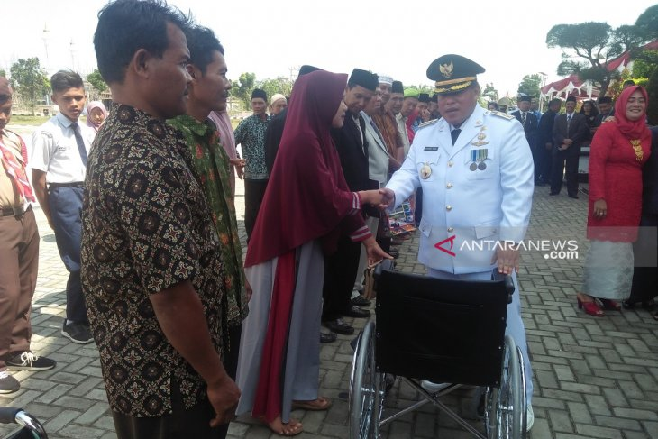 Bupati bagikan kursi roda untuk penyandang disabilitas
