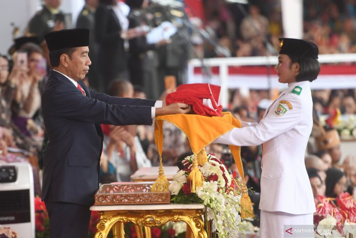Siswi Seluma dipercaya bawa baki upacara penurunan bendera di halaman Istana