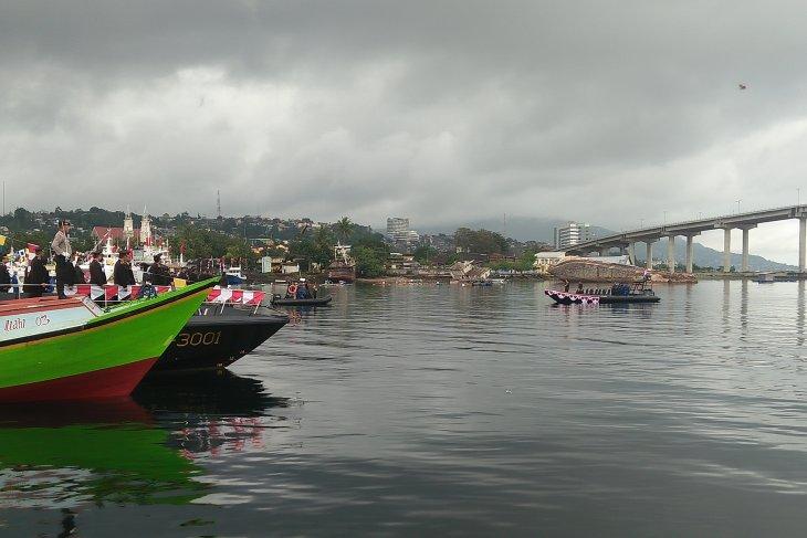 Polda Maluku gelar upacara bendera di Teluk Ambon
