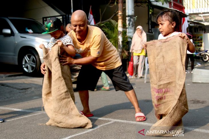 Two girls competed in the sack race during the celebration of the 74th Independence Day of Indonesia at Jakarta, Saturday (Aug 17, 2019). Image: ANTARA/Genta Tenri Mawangi