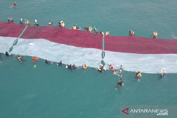 Peringati HUT RI Ke-74, Lanal Banten kibarkan Bendera Merah Putih di bawah Laut Sangiang